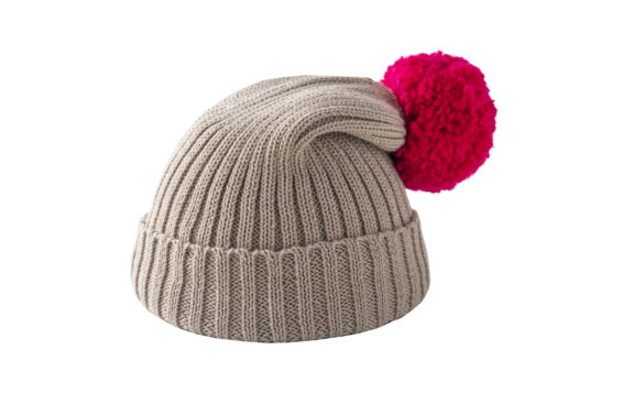 Beżowa czapka z różowym pomponem