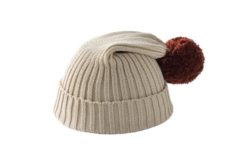 Beżowa czapka z brązowym pomponem