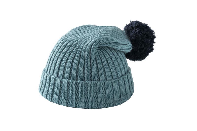 Błękitna czapka z granatowym pomponem