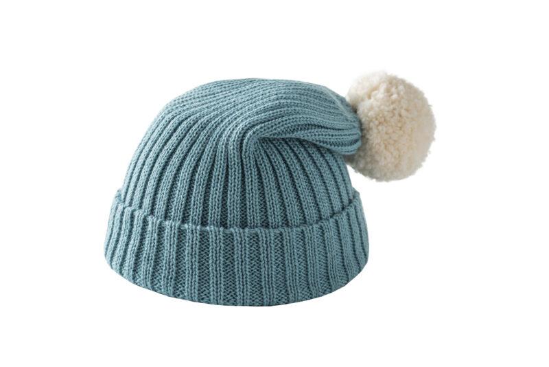 Błękitna czapka z kremowym pomponem