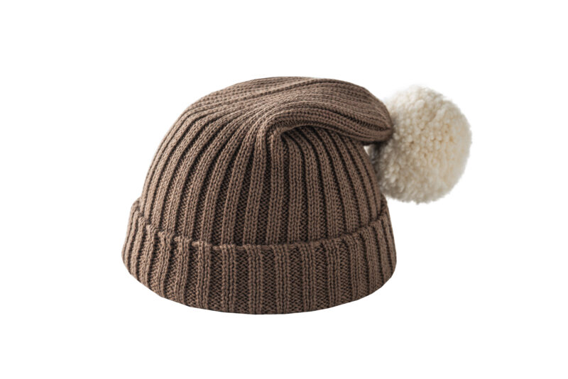 Brązowa czapka z kremowym pomponem