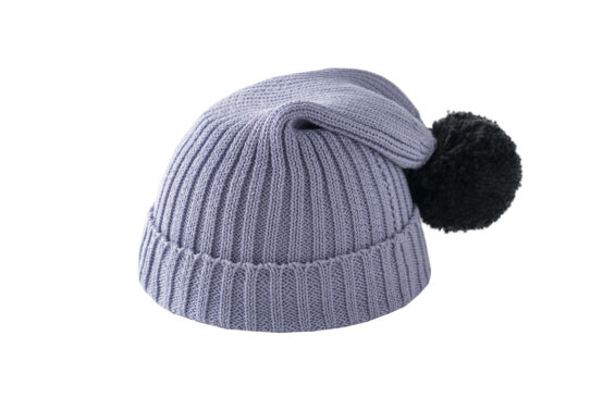 Fioletowa czapka z czarnym pomponem