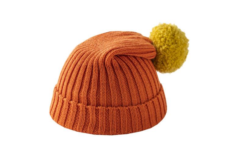 Pomarańczowa czapka z żółtym pomponem