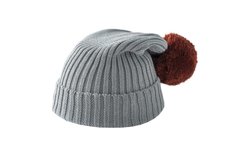 Szara czapka z brązowym pomponem
