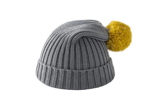 Szara czapka z żółtym pomponem