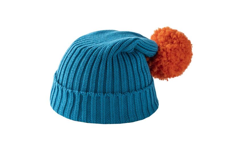 Turkusowa czapka z pomarańczowym pomponem