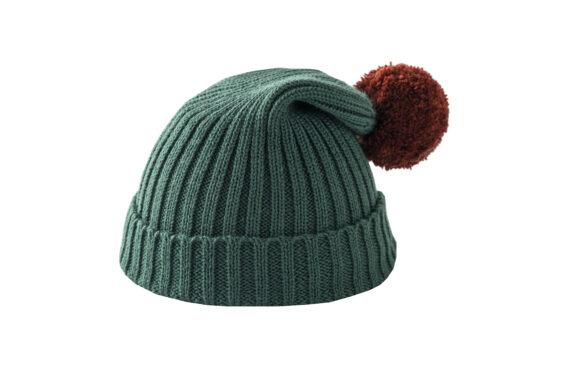 Zielona czapka z brązowym pomponem