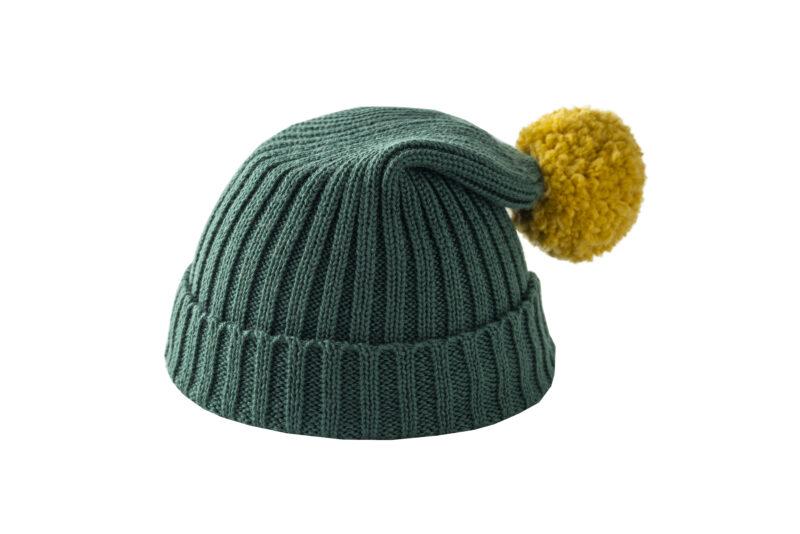 Zielona czapka z żółtym pomponem