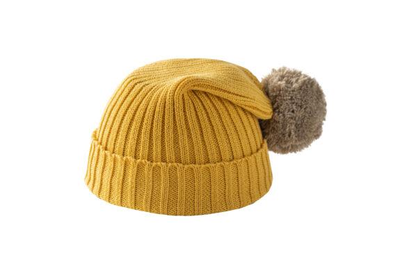 Żółta czapka z beżowym pomponem