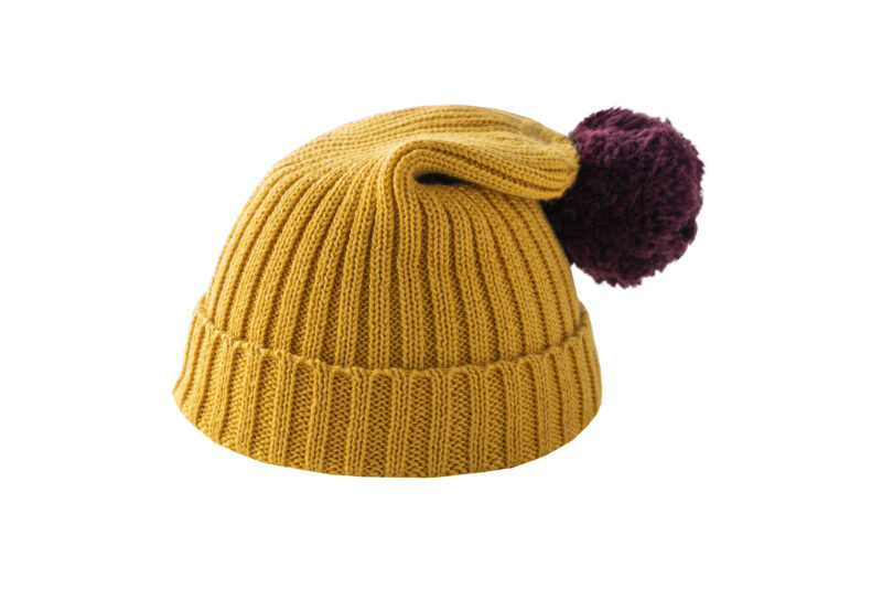 Żółta czapka z bordowym pomponem
