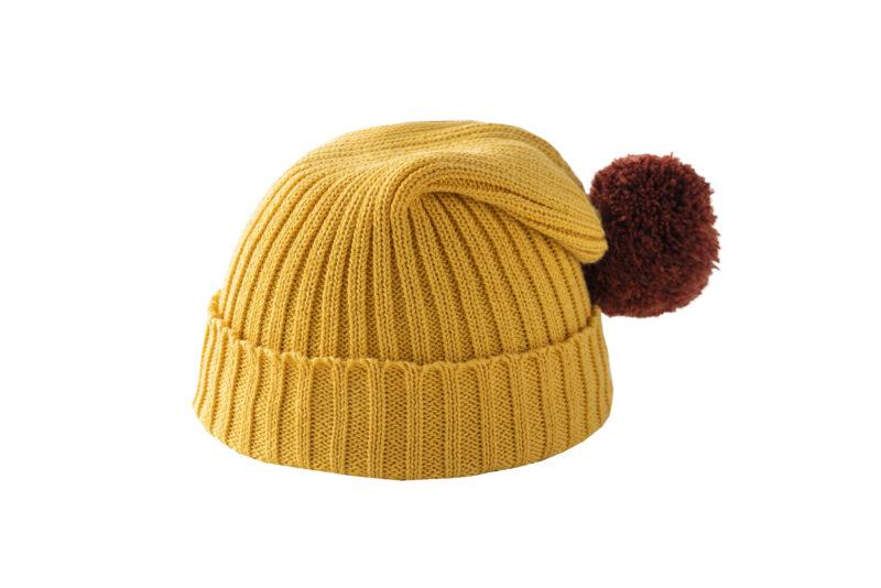 Żółta czapka z brązowym pomponem
