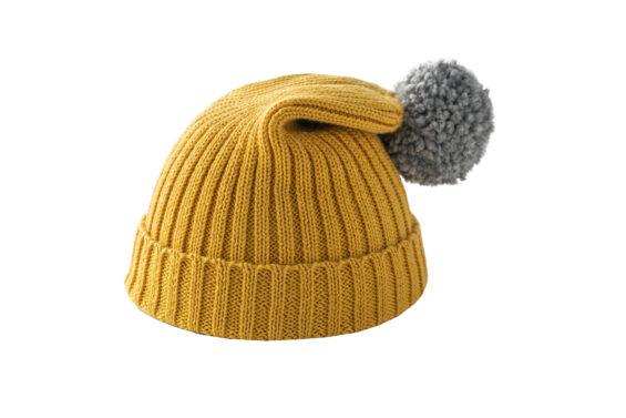 Żółta czapka z szarym pomponem